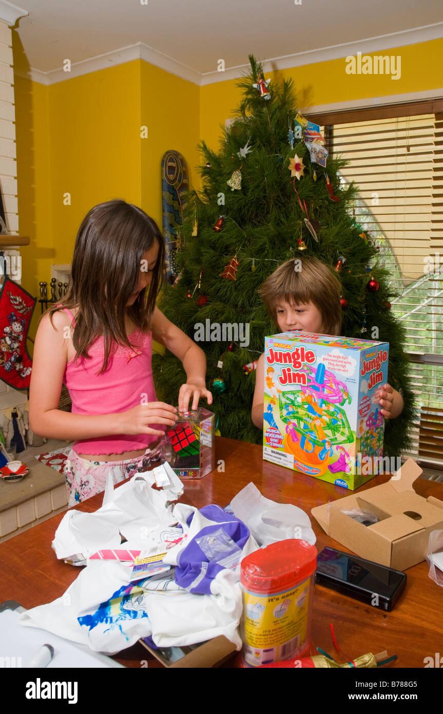 Australische Kinder Weihnachtsgeschenke am Weihnachtstag öffnen ...