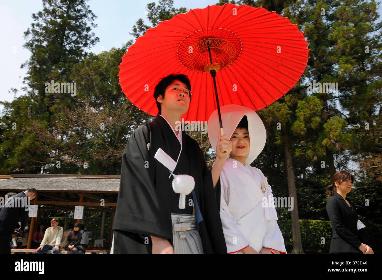 japanische hochzeitspaar tragen traditionelle hochzeits kimonos braut tr gt eine haube. Black Bedroom Furniture Sets. Home Design Ideas