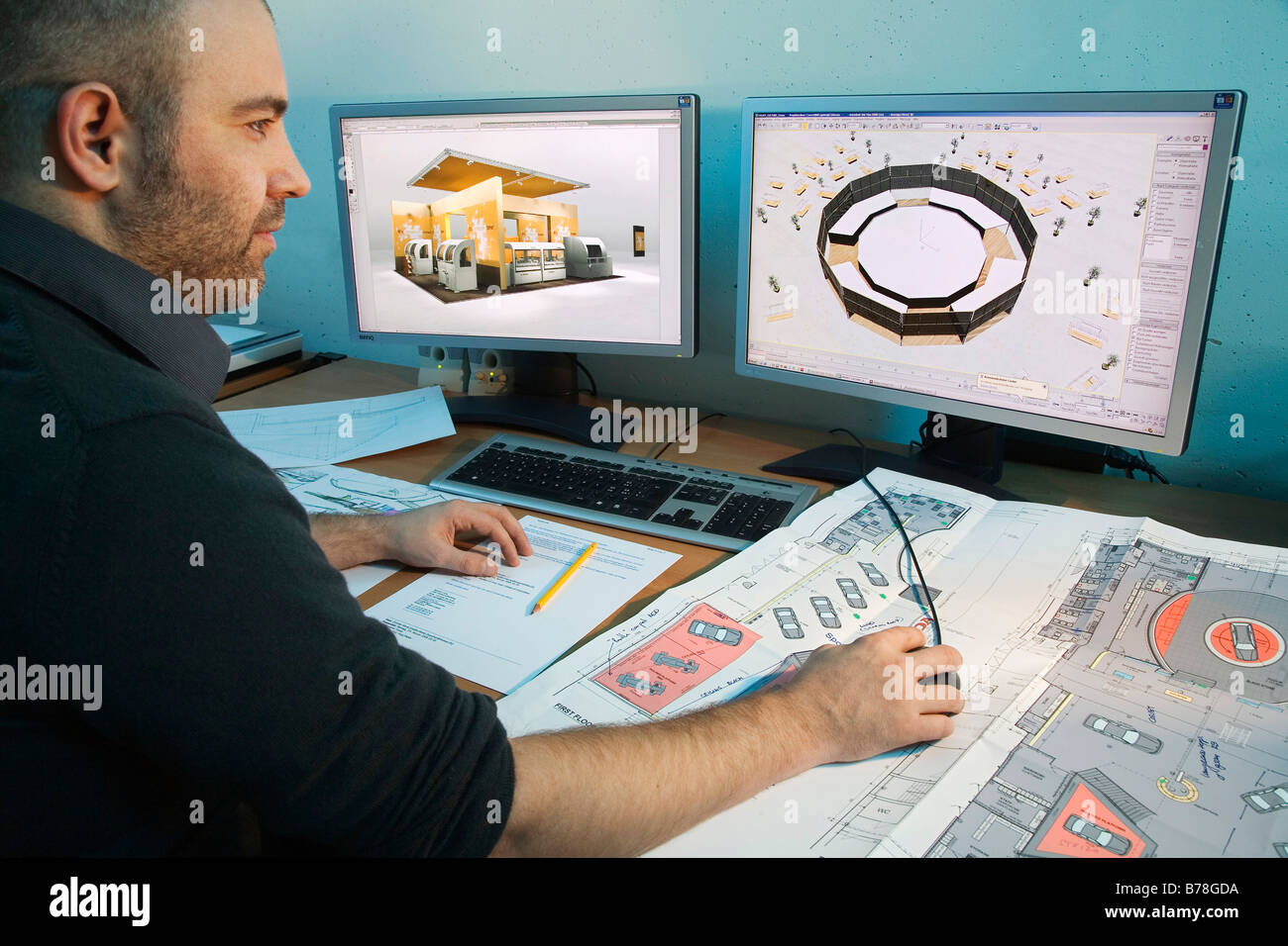 CAD-Zeichner und Designer im Bereich CAD und Design für Messestände der Expomobilia Unternehmensplanung Stockbild