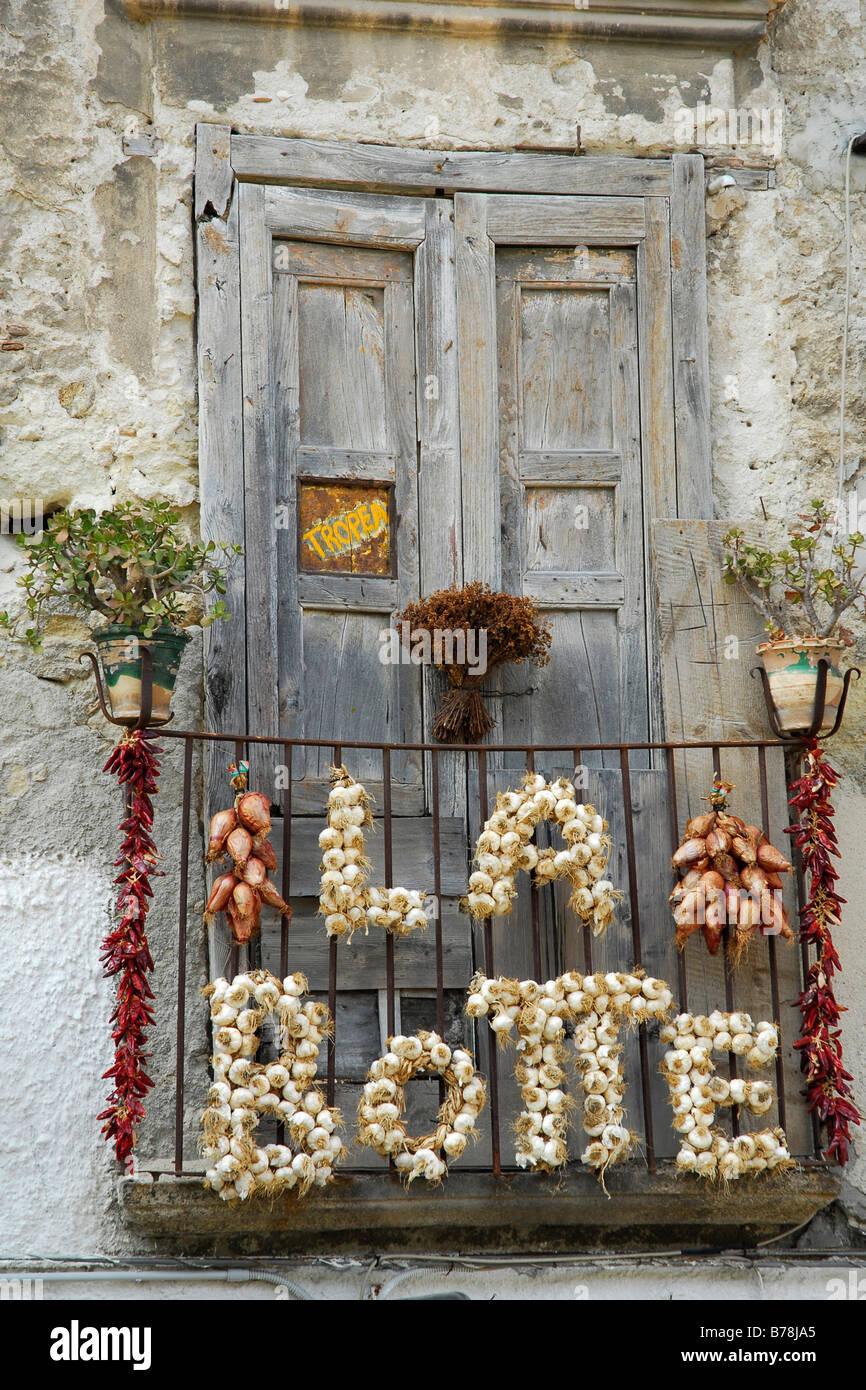 Eigenwerbung mit Knoblauch, Zwiebeln und Peperoni, auf dem Balkon, Trattoria La Botte in der Altstadt von Tropea Stockbild