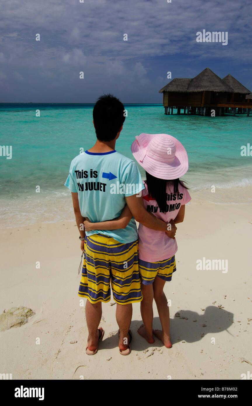 Japanische Flitterwochen am Strand tragen, Romeo und Juliet T-shirts auf Baros Resort, Malediven, Indischer Ozean Stockbild