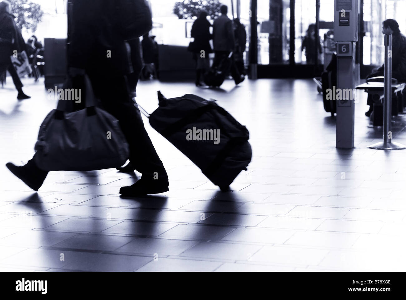 Reisende am Flughafen Blurry Stockbild