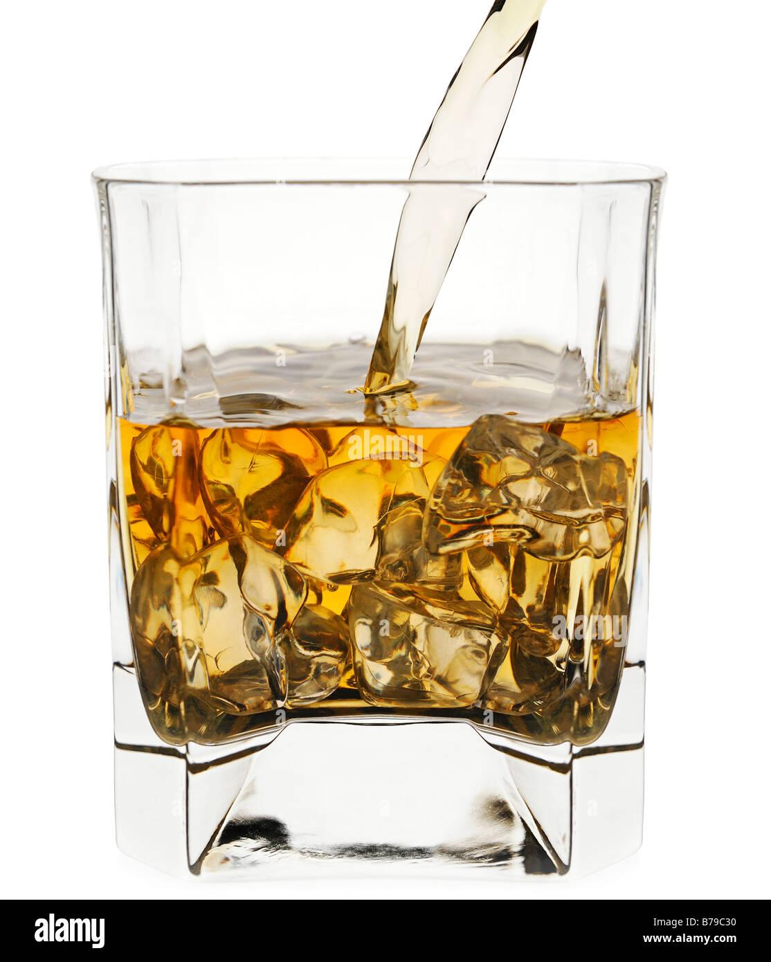 Gießen in ein Glas Whisky hautnah Stockbild