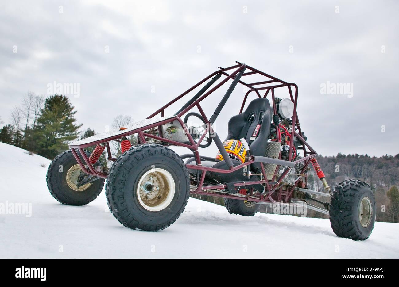 Eine off Road Buggy sitzt im Schnee bedeckt Feld. Stockbild