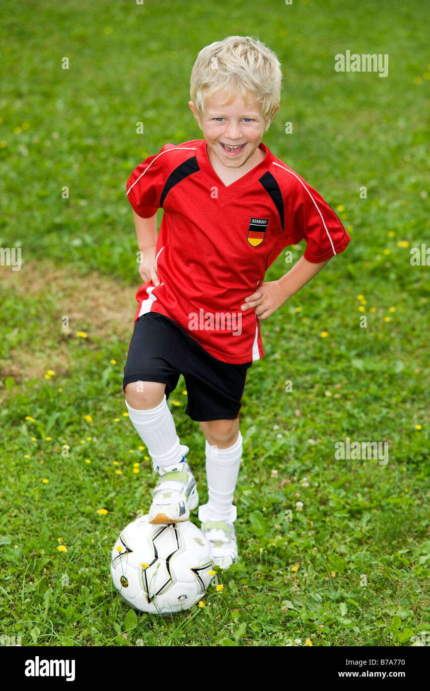 super popular f52ff 0836c 5-Year-Old Boy in einem Fußball-outfit Stockfoto, Bild ...