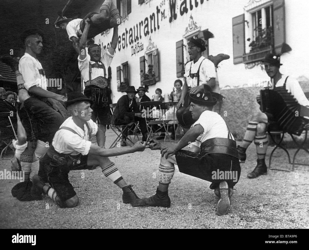 """Historisches Foto, Bayern tun """"Fingerhakeln"""", Bayern, Deutschland, ca. 1930 Stockbild"""