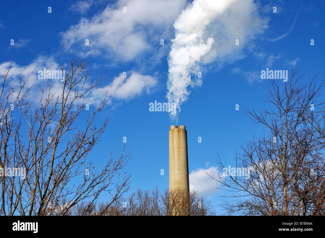 Kraftwerk-Schornstein mit weißer Rauch Stockbild