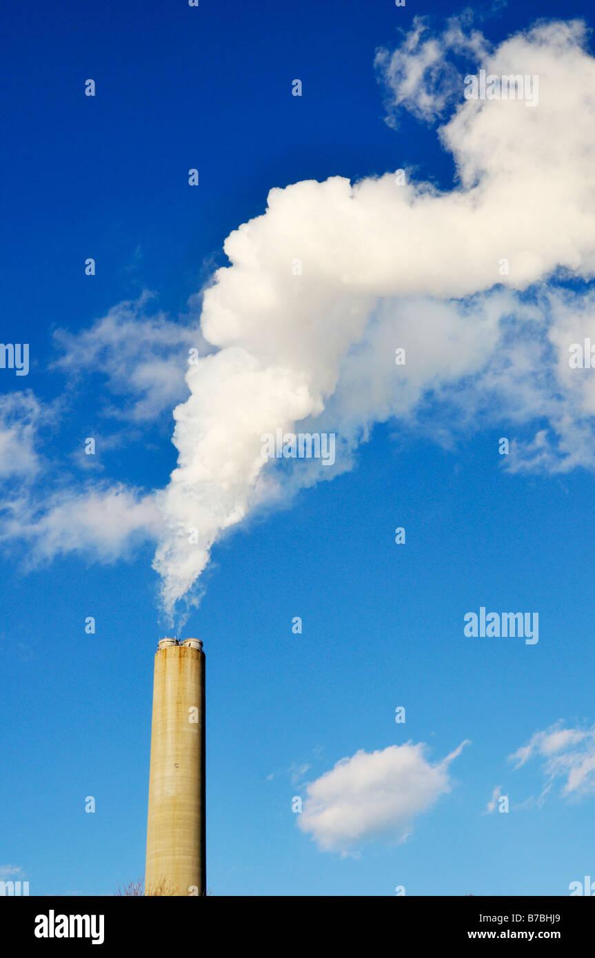 Weißer Rauch und Schornstein vom Kraftwerk in Vereinigten Staaten Stockbild