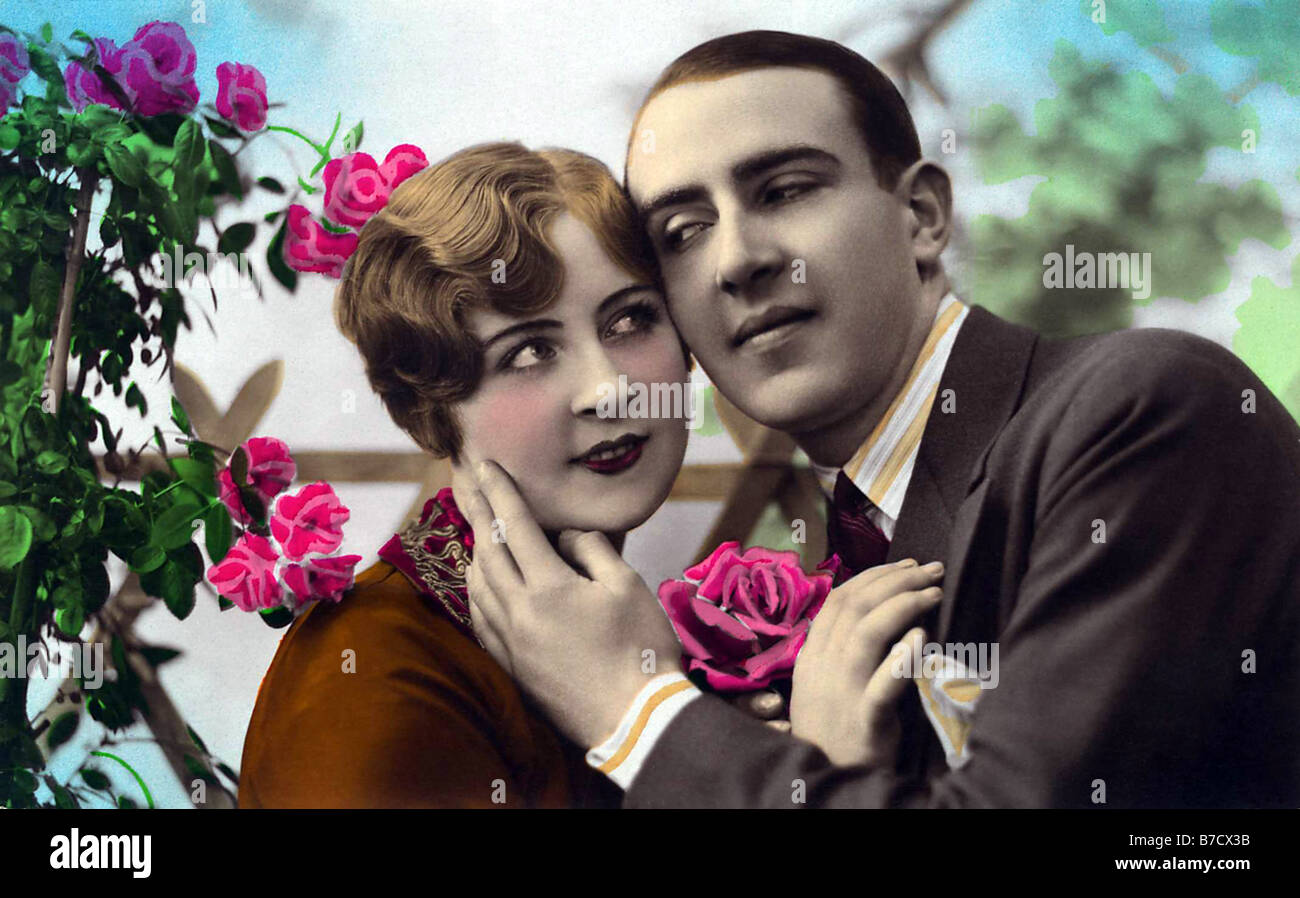 Zärtliche Umarmung im Sommer mit Rosen Stockbild