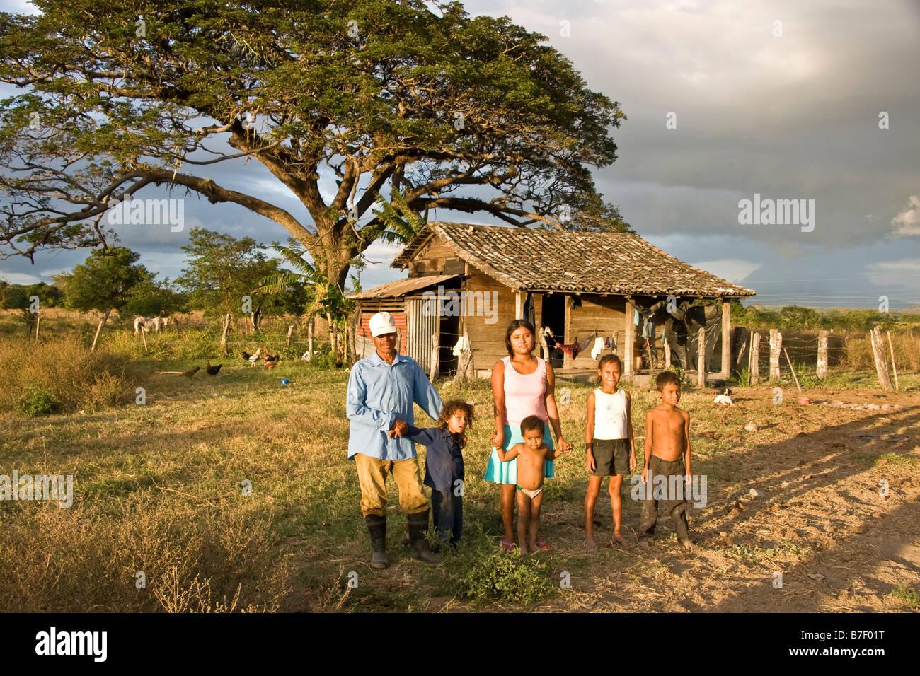Knecht mit seiner Familie vor ihrem Haus in ländlichen Rivas Abteilung westlich von Nicaragua-See Stockbild