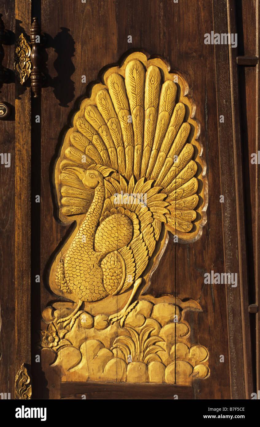Tür mit geschnitzten goldenen Pfau im traditionellen Stil ...