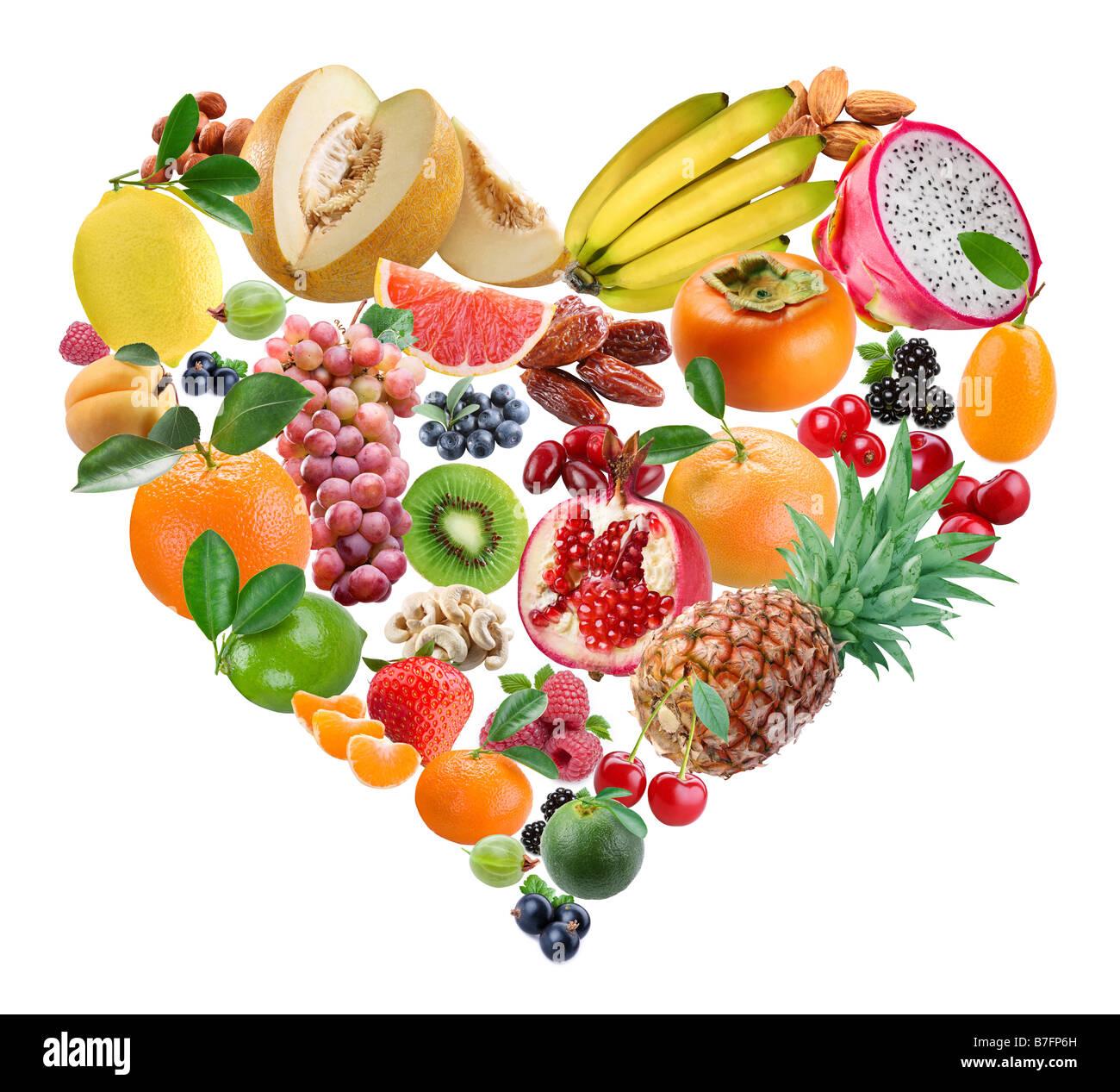 Die Früchte in Form des Herzens sind in einem weißen Hintergrund Stockbild