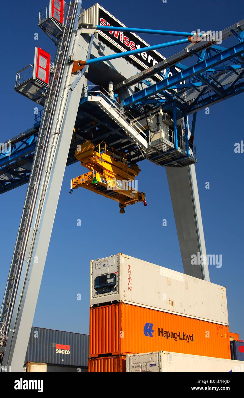 Portalkran auf die Container-Depot der Firma Swissterminal AG, Frenkendorf in der Nähe von Basel, Schweiz Stockbild