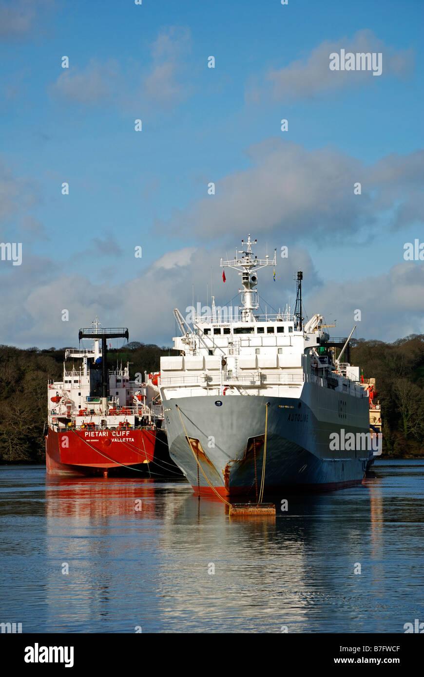 """Frachtschiffe """"aufgelegt"""" in den Fluss Fal in der Nähe von Truro, Cornwall, uk Stockbild"""