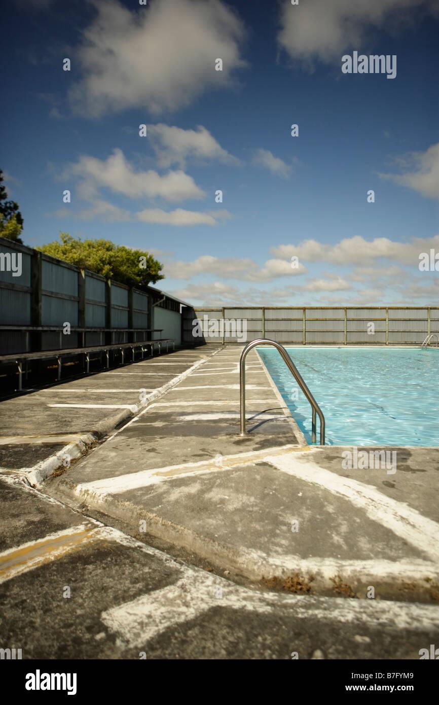 Schwimmbad mit niemand drin Stockbild