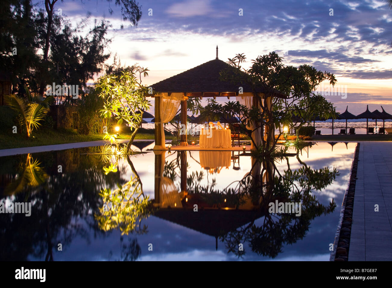 Mövenpick Resort an Twilight Luxus Tisch im kleinen Pavillon Sonnenuntergang Küste von Mauritius Südafrika Stockbild