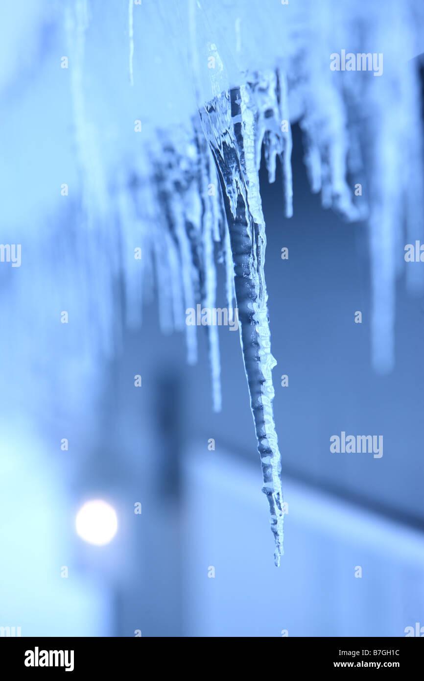 Nahaufnahme von Eiszapfen hängen von Gosse Stockbild
