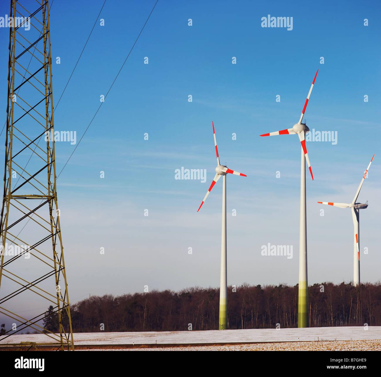 Wind-Energie-Anlage mit Strommast Stockbild