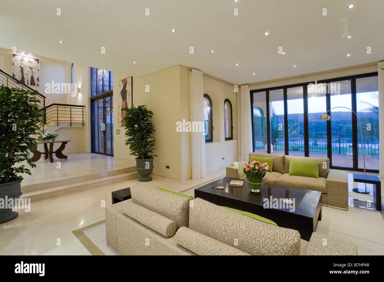 Beige Sofas und schwarzer Couchtisch in große offene Wohnzimmer im ...