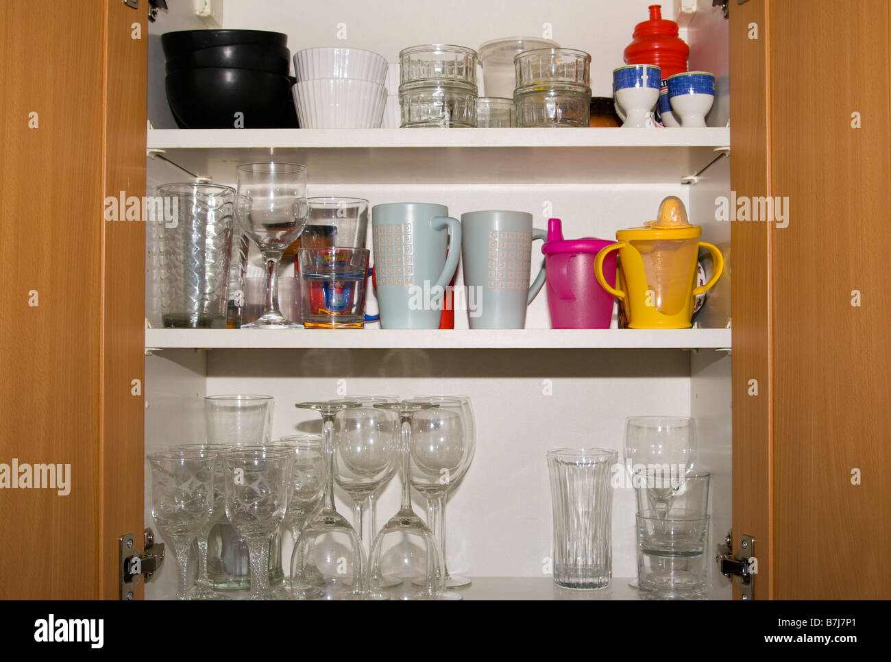 offene Küche Schrank Schränke, die Gläser und Geschirr Stockfoto ...