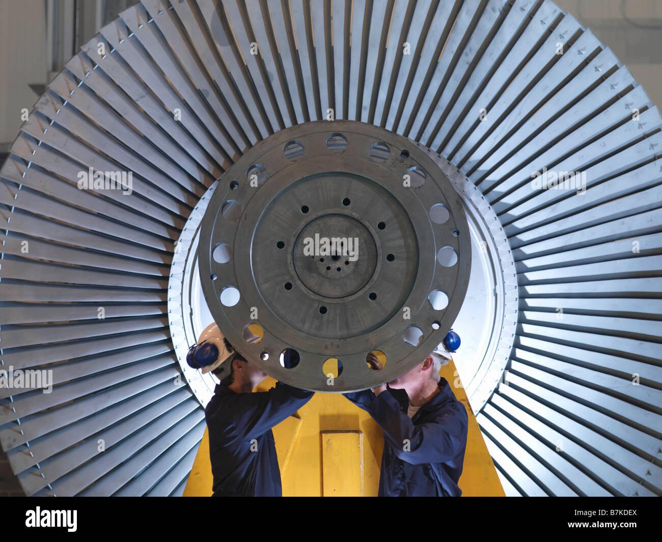 Ingenieure arbeiten an der Turbine Stockbild
