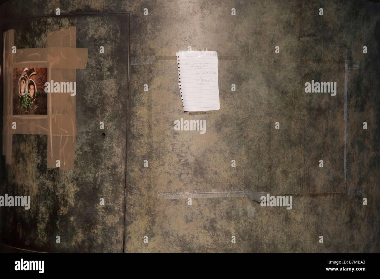 Nachricht hinterlassen die Flamme der Freiheit-Gedenkstätte für Prinzessin Diana in Paris Stockbild