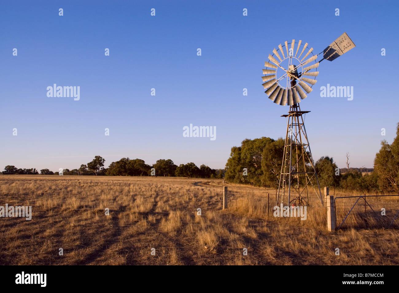Australische Windmühle, Wind angetriebene Wasserpumpe Stockbild