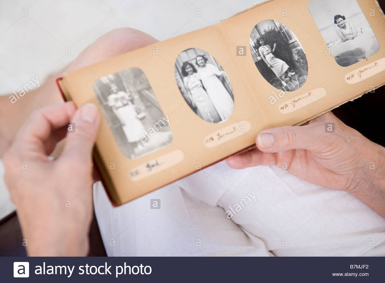 Eine ältere Frau betrachten Alter Familienfotos Stockbild