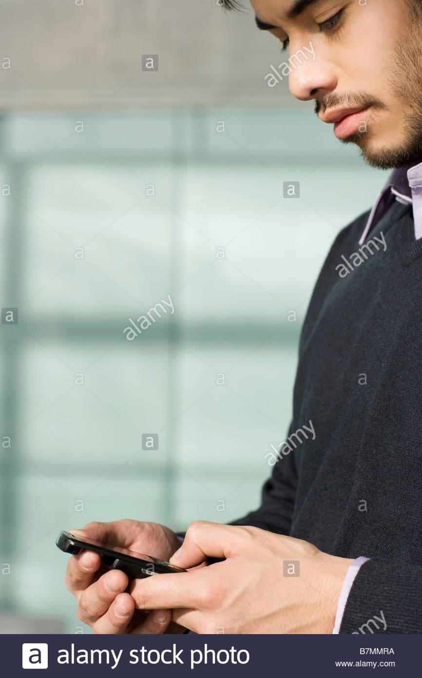 Ein Mann, eine SMS auf dem Handy Stockbild