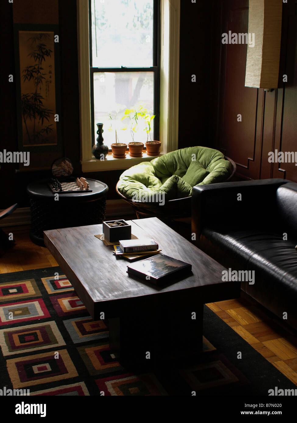 Modern - und Ost-Themen Wohnzimmer in einer Wohnung in Queens, New ...