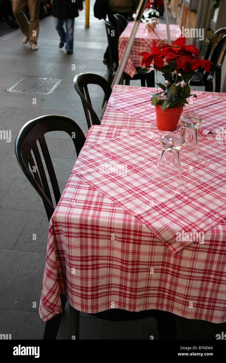 Tische des Restaurants auf einem Bürgersteig Stadt Stockbild