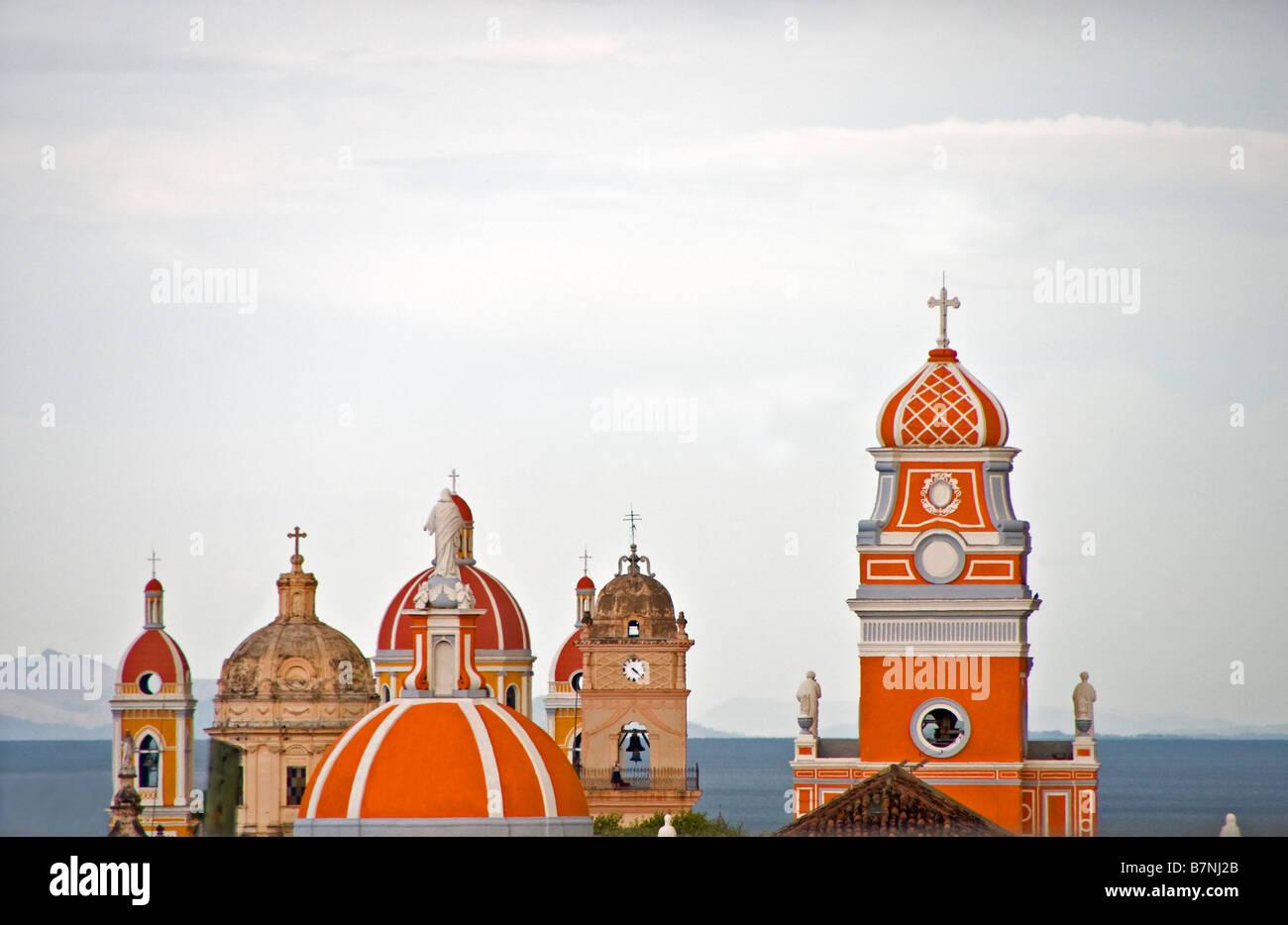 Koloniale Architektur, Kathedrale und Kirchen von Granada Glockentürme, mit Blick auf Nicaragua-See Stockbild