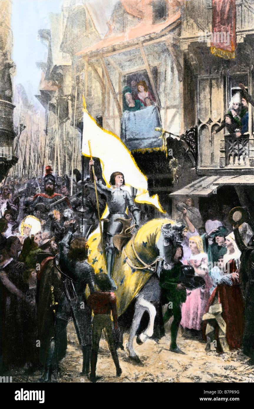 Joan of Arc ihrer heiligen Fahne in Orleans nach einer Fahrt von der englischen Armee aus der Stadt zu tragen Stockbild