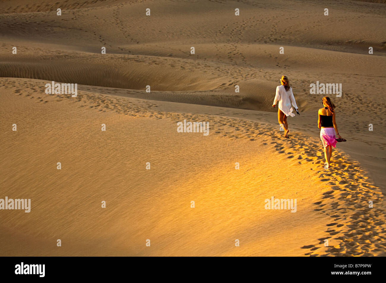 Zwei Frauen barfuß in Dünen Maspalomas Gran Canaria Spanien Stockbild