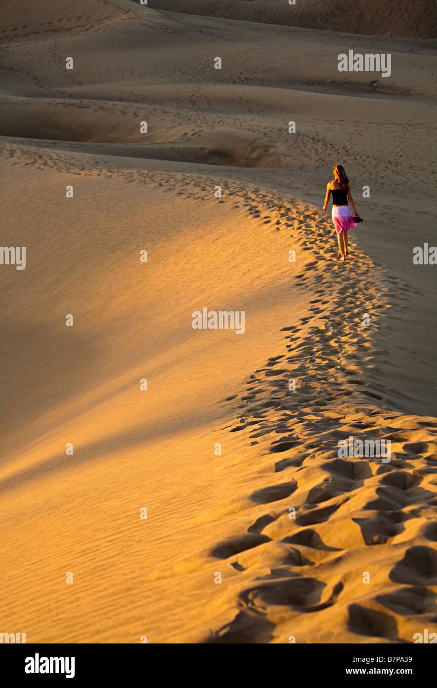 Frau zu Fuß in Dünen Maspalomas Gran Canaria Spanien Stockbild