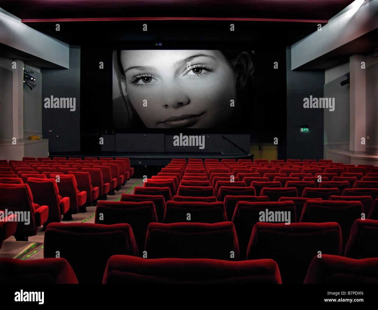 Kino mit dem Film auf dem Bildschirm Stockbild