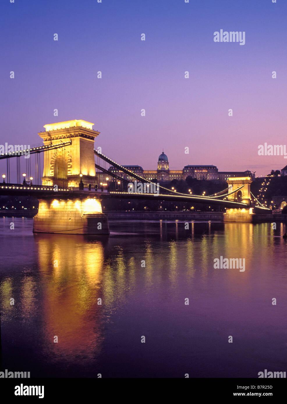 UNGARN-BUDAPEST-KETTENBRÜCKE UND KÖNIGSSCHLOSS Stockbild