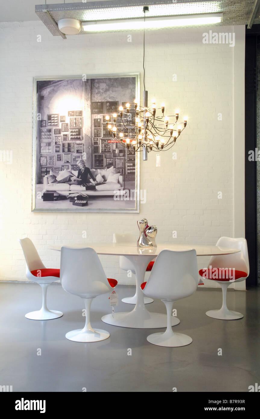 Großartig Weisse Stühle Referenz Von Weiße Tabelle Platz Stühle Mit Roten Kissen
