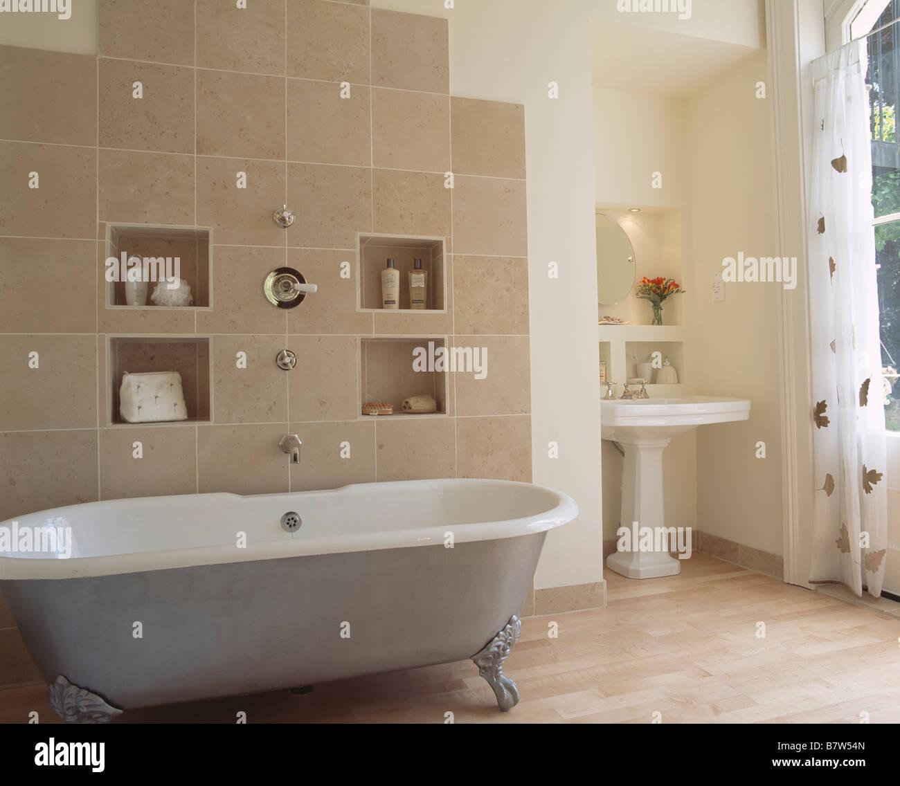 Alkoven die regale auf beige geflieste wand hinter - Geflieste badewanne ...
