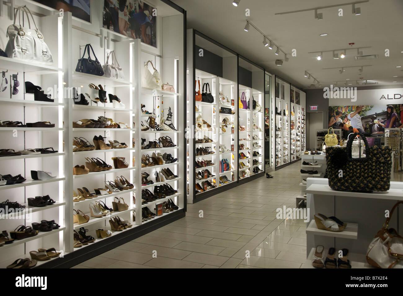 Handtaschen und Schuhe in den Regalen im Shop speichern ILLINOIS ...