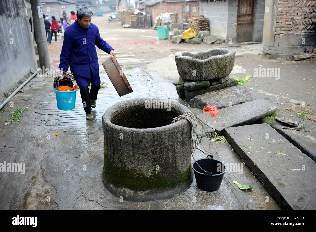 Alten Wasser dient auch noch in Tianbao Dorf, Yifeng, Jiangxi, China. 2. Februar 2009 Stockbild