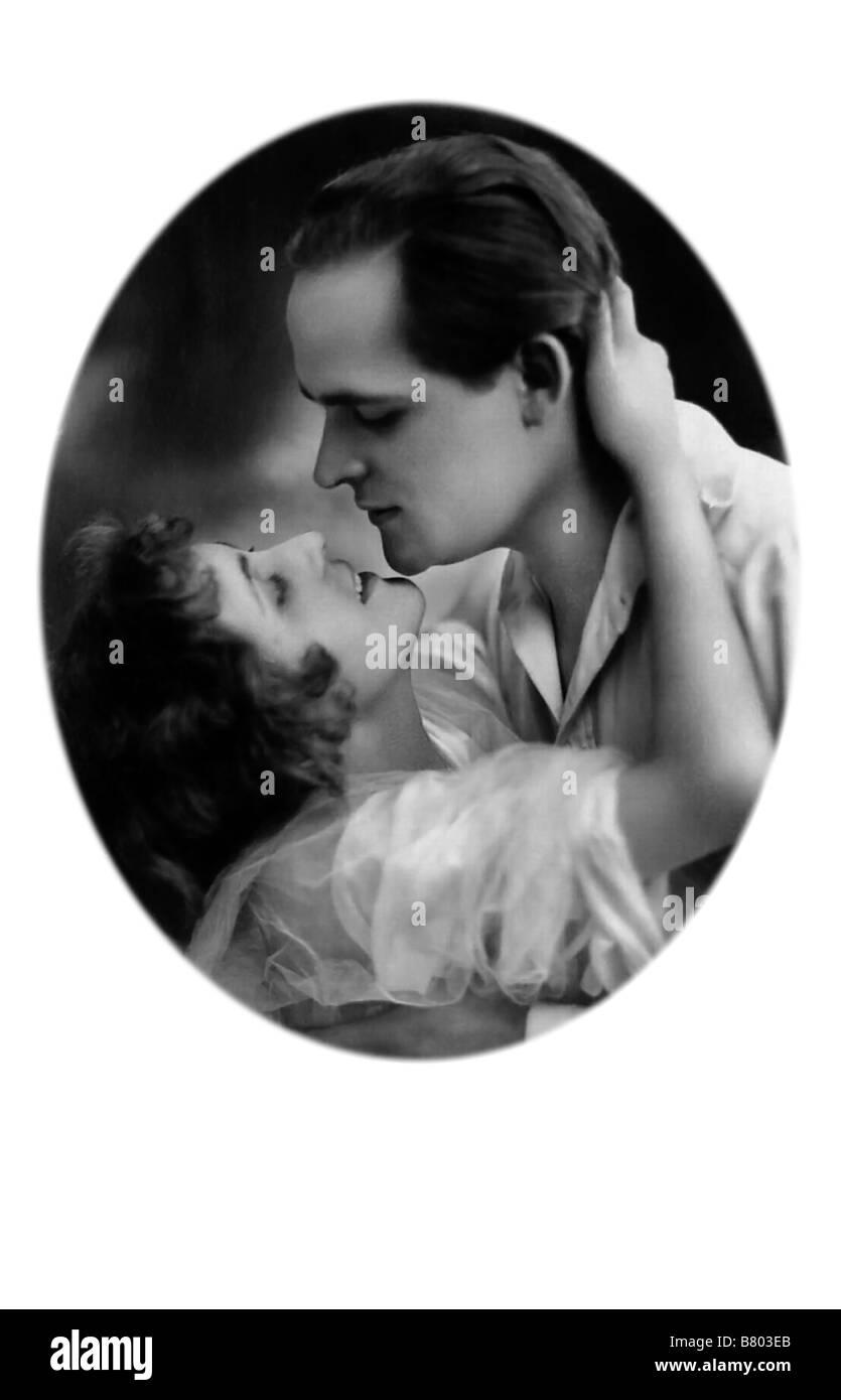 Zärtliche Umarmung und Kuss Stockbild