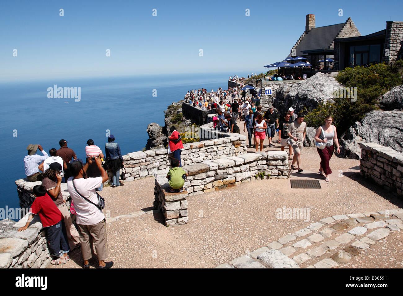Touristen genießen Sie die Aussicht auf zwölf Apostel Terrasse von der Spitze der Tabelle Berg Kapstadt Stockbild