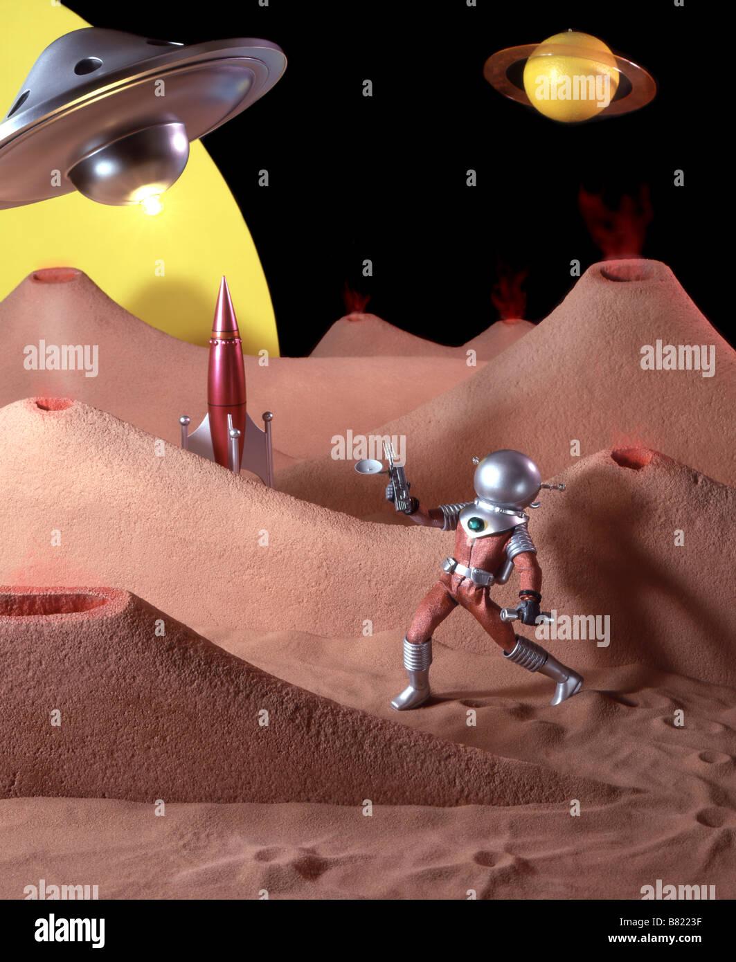 Kitsch, 50er Jahre Science-Fiction-Film mit Spielzeug Spaceman und Planeten gesetzt. Stockbild