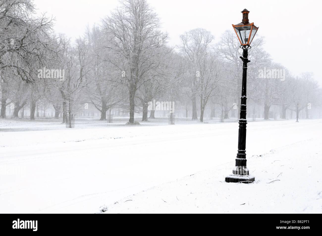Gas En Licht : Phoenix park dublin weihnachten schnee wetter gas lampe licht