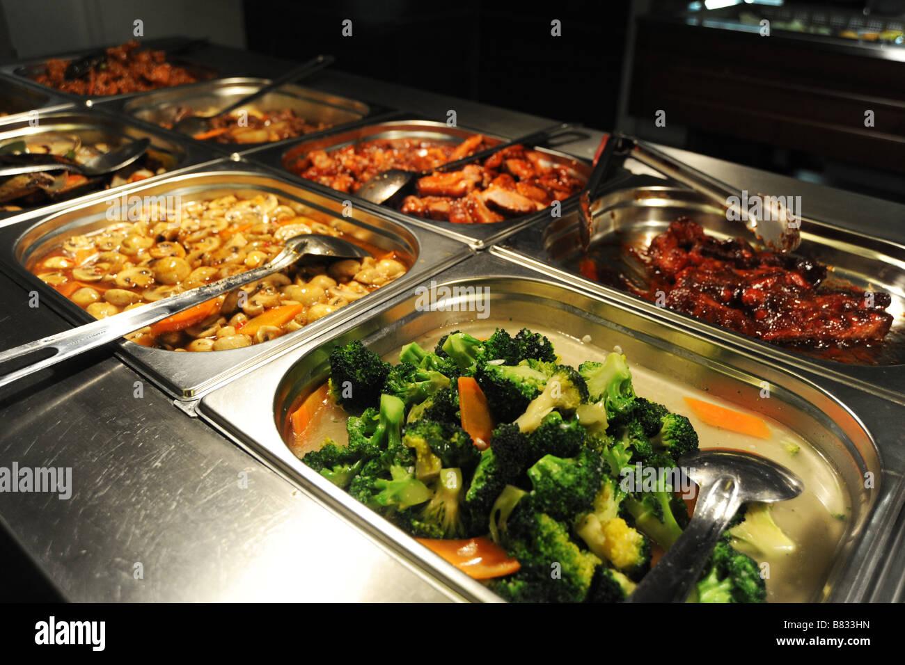 warmes Buffet Essen in einem geschäftigen chinesischen Restaurant, Bradford, West Yorkshire Stockbild