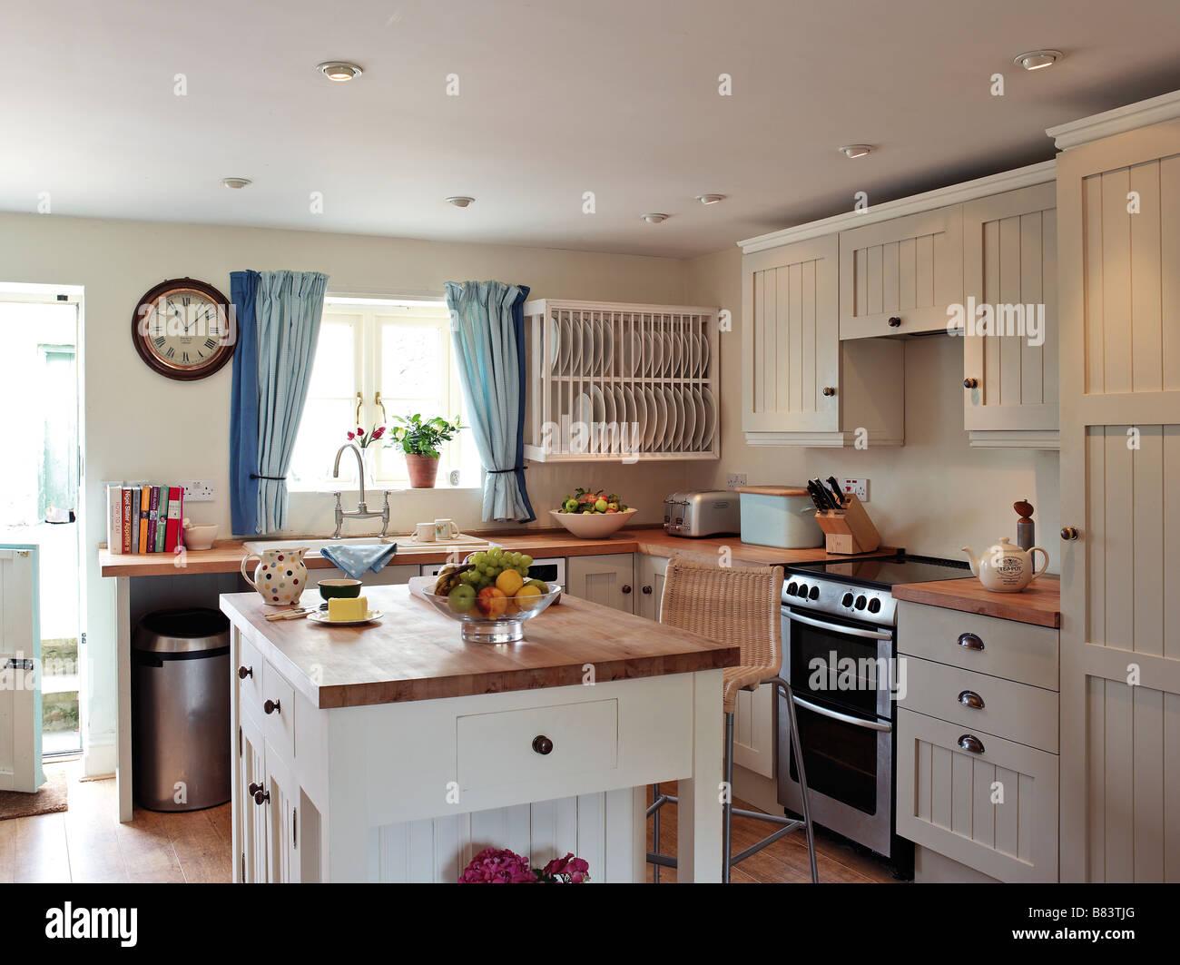 Shaker-Stil Küche mit weißen Panel Schränke und Kochinsel mit ...