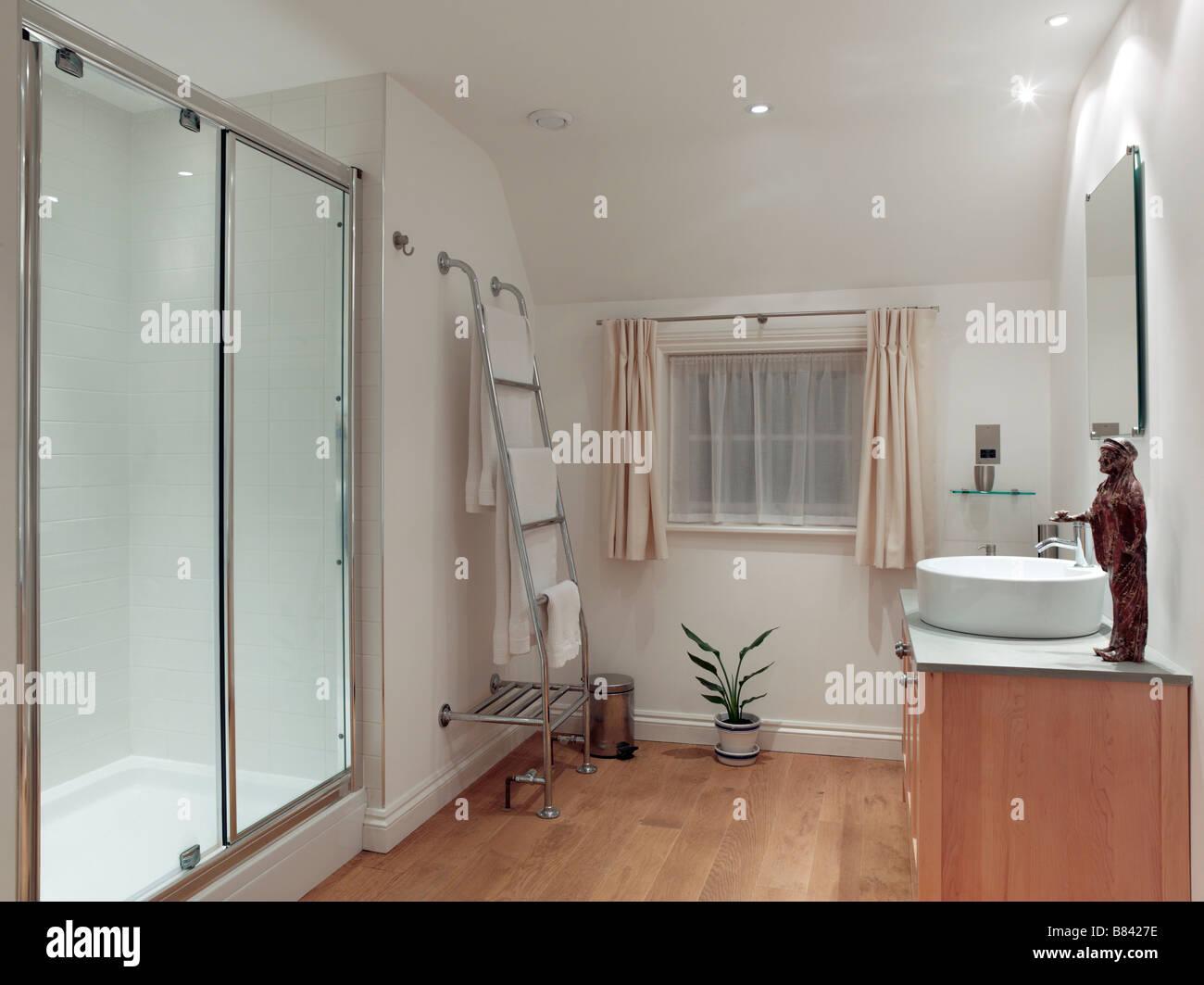 Modernes Bad Mit Großer Dusche Und Holzboden