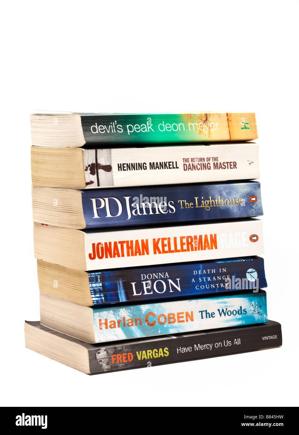 Schneiden Sie auf weißem Hintergrund Stapel Bücher - Krimis Romane auf Weiß Stockbild