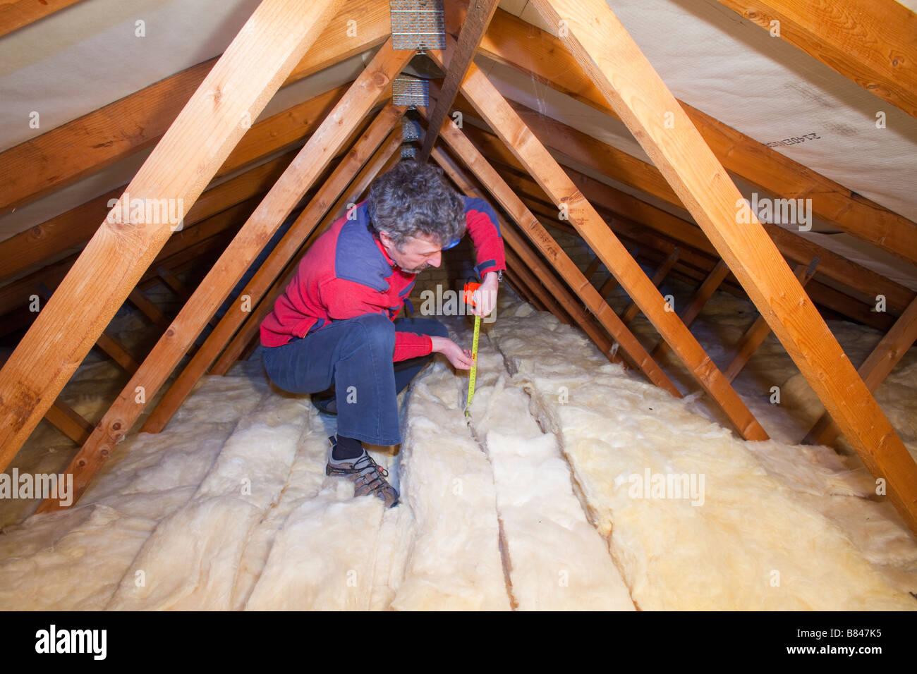 dachdämmung zu reduzieren wärmeverluste in einem haus loft stockfoto